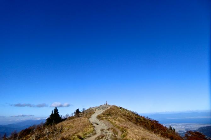 武奈ヶ岳山頂への道。そのまま空も飛べるはず?