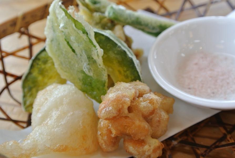 地元の野菜や山菜を使った天ぷら。山菜いわたばこ、飛び魚と梅の青じそ巻き、ねばりっこ(地元の山芋)、大豆の水煮、いんげん、かぼちゃ