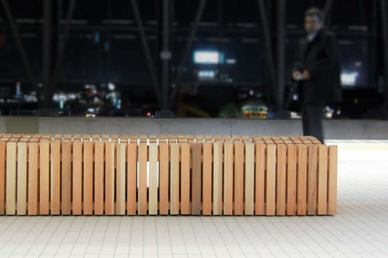 宮崎県の日向市駅には狩野さんのデザインした杉を用いたベンチが置かれている