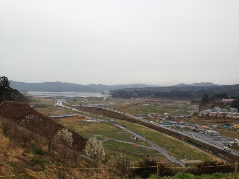 南三陸町中心部志津川地区。津波で壊滅した町はかさ上げ工事による復興途上