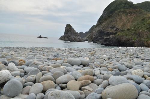 瀬戸内町のホノホシ海岸 荒い波に洗われ丸い石が一面