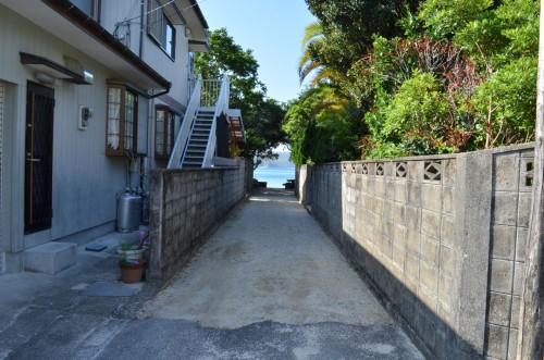 嘉鉄集落の海へ続くカミミチ (神道)